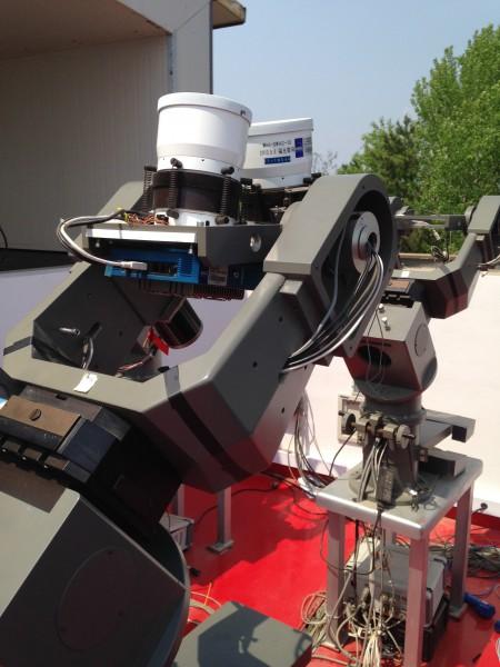 Le dispositif SVOM/Mini-GWAC, situé sur le site de Xinglong en Chine, couvre un champ de vue de 5000 degrés carrés. Il est constitué d'un système de six montures, chacune équipée de deux caméras (Canon 85 / f1.2). L'objectif du réseau Mini-GWAC est de surveiller chaque nuit le ciel à la recherche de sources variables. Cette stratégie s'appuie sur un algorithme en temps réel et la limite en magnitude est de 12 pour un temps d'exposition de 15 sec. Le réseau d'alerte mini-GWAC impose que pour toute détection potentiellement crédible, un suivi soit opéré par deux télescopes, robotiques, de 60 cm de diamètre afin de mieux contraindre la nature du candidat. Crédit: NAOC