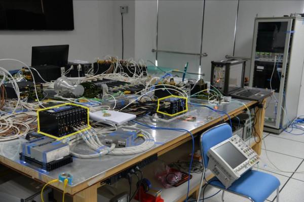 Figure 1: Flat Sat M SVOM avec les boitiers d'ECLAIRs (à gauche) et de MXT(à droite)