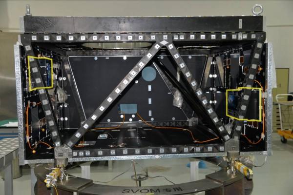 Module Charge Utile QM SVOM avec le boitier MXT (en haut à gauche) et ECLAIRs (en bas à droite)