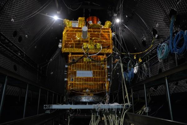 Le modèle de qualification du satellite SVOM à Shanghai pendant les essais en vide thermique, octobre 2019, crédit SECM.