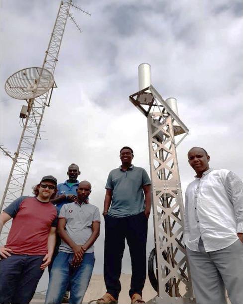 L'équipe locale qui a installé la station