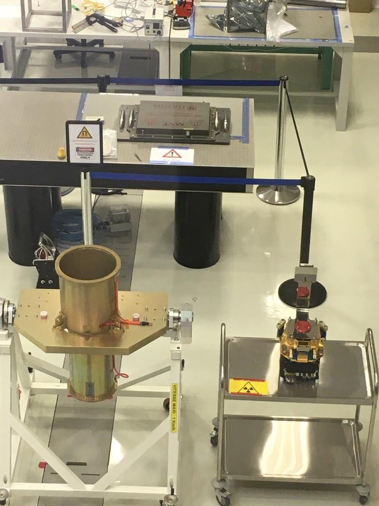 Le modèle de performance du telescope MXT prêt à être intégré au CNES de Toulouse : en haut l'optique MXT, en bas à droite la caméra, et en bas à gauche le tube structurel.