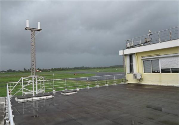 Installation de l'antenne SVOM sur le bâtiment de Météo France.