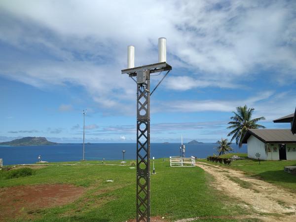 Cette station est installée sur le site de l'observatoire de Météo France à Rikitéa dans l'archipel des Gambier.