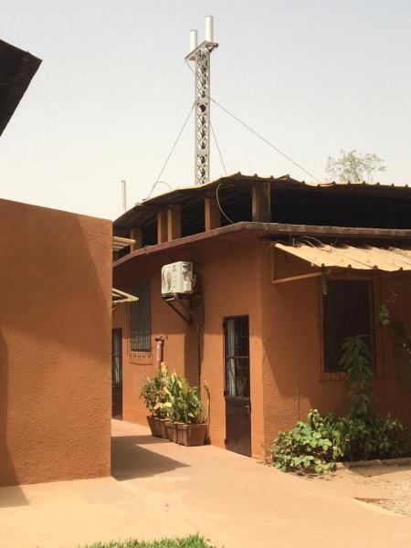 Installation de la station SVOM sur le toit du bâtiment de l'Institut de Recherche pour le Développement.