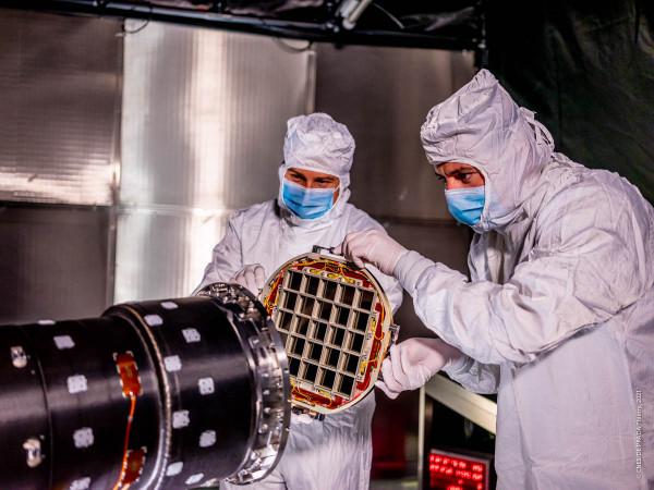L'optique du MXT positonnée à l'entrée du télescope MXT. Crédits : CNES/DE T. PRADA, 2021.
